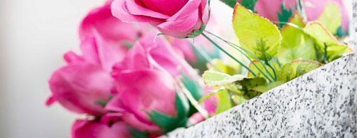 Grab mit Blumen